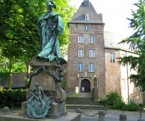 Moerser Schloss mit Henriette von Oranien Denkmal